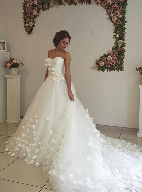 Glamorous 3D-Floral Appliques Wedding Dresses Sweetheart Neck Chapel Train Bridal Gowns